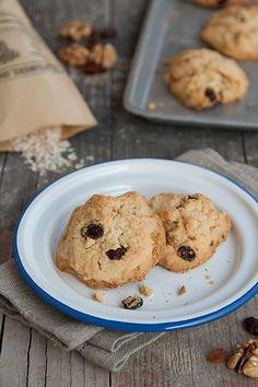 Prepariamo insieme in pochi minuti dei biscotti con noci, uvetta e fiocchi d'avena, l'idea perfetta per una una colazione o una merenda sana e nutriente.