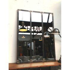 Uno specchio a parete che vive sia e modulo singolo che multiplo