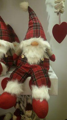 Muñeco Swedish Christmas, Cottage Christmas, Scandinavian Christmas, Christmas Art, Christmas Stockings, Christmas Decorations, Christmas Ornaments, Christmas Knomes, Scandinavian Gnomes