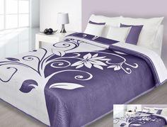Biała narzuta dwustronna na łóżko z fioletowymi kwiatami