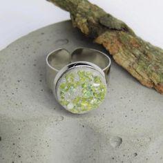 Ring mit Beton & Muschel-Perlmutt in jadegrün von Structallic auf Etsy