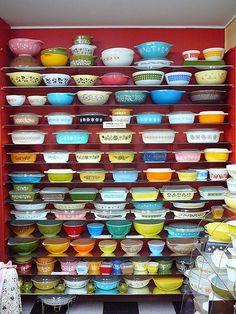 Collection de plat en pyrex, c'est coloré et originale. On aime cela!