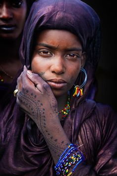 Africa | Wodaabe women dressed in indigo dyed cloth, with hennaed hands.  Gerewol festivities.  Niger | ©una banda de dos