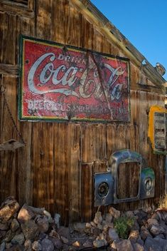Old Barn Advertising ~ Coca Cola. Coca Cola, Pepsi, Country Barns, Old Barns, Country Living, Country Roads, Old Buildings, Abandoned Buildings, American Barn