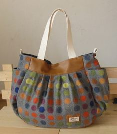 Pin by Carol Hastings on Sewing bags Handmade Fabric Bags, Fabric Tote Bags, Handmade Handbags, Diy Bags Patterns, Embroidery Bags, Diy Purse, Patchwork Bags, Simple Bags, Cute Bags