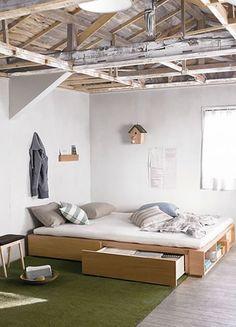 コンクリート打ちっぱなしのモダンな空間に、ナチュラルな小物と一緒に無印のベッドを置いて。すっきりした中にも、寝室らしい温もりがプラスされています。