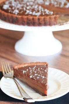 Karamelový dort s kvalitní čokoládou posypaný solí. Kdo by to byl řekl, že sůl patří také do sladkého dezertu. Vyzkoušejte a uvidíte, že dezert zůstane dezertem i s použitím soli.