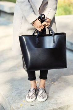 17 Chic Tote Bags for Work Workwear street style fashion / work tote bag The post 17 Chic Tote Bags for Work appeared first on Design Ideas. Luxury Handbags, Fashion Handbags, Purses And Handbags, Fashion Bags, Fashion Accessories, Workwear Fashion, Style Fashion, Work Fashion, Stylish Handbags