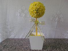 Topiaria com flores em EVA perfeita imitação de flores naturais, cachepô em MDF decorada com fita de organza . <br> <br>Linda topiaria para decorar sua festa ou oferecer aos seus convidados como lembrança !! <br> <br>Medida - 10x35cm <br> <br>Pedido mínimo de 10 unidades