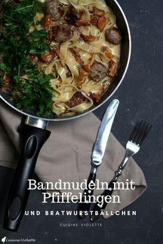 Bandnudeln mit Pfifferlingen und Bratwurstbällchen.