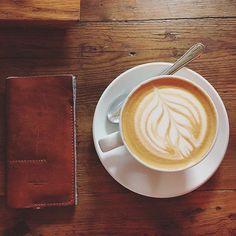 Good Morning! Wir sind dann mal weg  #goodmorning#coffee#hardcraft#leathergoods#holiday#vacation#bye#airport#sun#surf#case#leather#wood#spain#fuerte @hardgraft by nataliesulianto #tailrs