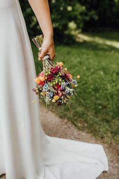 Wildblumenstrauß zur Hochzeit im Sommer #brautstrauß #brautstraußwildblumen #brautstraußsommer #brautstraußbunt #hochzeit #verliebtverlobtverheiratet   Fotos: Veronika Huber Fotografie (Web www.veronika-huber-fotografie.de) Photos, Planting, Summer