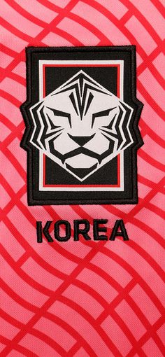 Foto del escudo de la selección de Corea del Sur en formato para wallpaper iphone 12. Este escudo pertenece a la camiseta Nike de la primera equipación de Corea del Sur para la temporada 2020 2021. Disponible en futbolmania.com y en la tienda de Barcelona (Ronda Sant Pau, 25). #nike #korea #soccer #football #fútbol Korea Wallpaper, Iphone Wallpaper, Football Wallpaper, Barcelona, Wallpapers, Nike T Shirts, South Korea, Coat Of Arms, Seasons