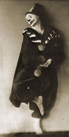 A photo by Max Fleischer of his brother Dave in costume as Koko the Clown. The Fleischers were the creators of the Betty Boop cartoons in which Koko made his first appearance. via inneroptics <<< Why did it have to be a clown though? Le Clown, Creepy Clown, Creepy Art, Scary, Circus Clown, Old Circus, Dark Circus, Night Circus, Creepy Vintage