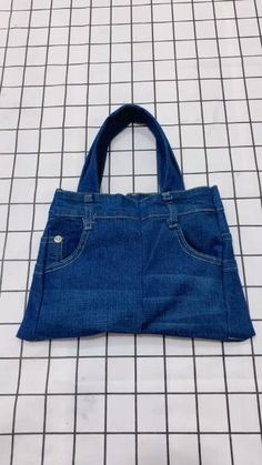 Old Jeans turned into handbags - Diy;Textiles You are in the right place about diy projects Here we offer you the most beautiful p - Denim Bag Patterns, Bag Patterns To Sew, Jean Crafts, Denim Crafts, Diy Old Jeans, Diy With Jeans, Old Jeans Recycle, Jean Purses, Denim Ideas