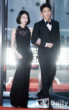 More red carpet photos of Lee Joon Gi and IU at 2016 SBS Awards Asian Actors, Korean Actresses, Korean Actors, Actors & Actresses, Scarlet Heart Ryeo Cast, Moon Lovers Scarlet Heart Ryeo, Korean Celebrities, Celebs, Moon Lovers Drama