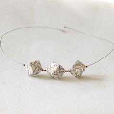 Sonobe-Halskette »seni« -  Die Papierperlen sind durch eine spezielle Origamitechnik fest gefaltet und dadurch stabil. Für »seni« wurden je Perle sechs vorgefaltete Elemente verarbeitet. Auf eine Versiegelung der Perlen wurde bewusst verzichtet, um die Haptik des über 150 Jahre alten Papiers zu erhalten. Für Spaziergänge im Regen ist dieser Schmuck nicht geeignet