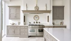 This contemporary shaker kitchen is the perfect addition to any modern kitchen space, featuring stunning grey island and bespoke storage solutions. Modern Shaker Kitchen, Shaker Style Kitchens, Grey Kitchens, Home Kitchens, Tom Howley Kitchens, Bespoke Kitchens, Home Decor Kitchen, Kitchen Living, Interior Design Kitchen