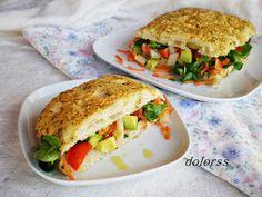 Focaccia de queso, romero y tomillo rellena de ensalada variada
