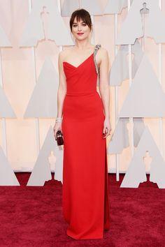 Estrela de 50 tons de Cinza apareceu deslumbrante com look sexy no tapete vermelho do Oscar 2015