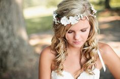 The perfect bridal hair accessories made with dainty white flower will add the perfect touch to your woodland wedding. This wire crown features