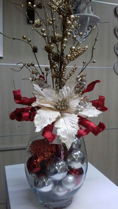 100 Creative Christmas Decor for Small Apartment Ideas Which Are Merry & Bright - Hike n Dip Even if you have a small Apartment, you can decorate it for Christmas. Here are Christmas Decor for Small Apartment ideas, that are cheap & budget friendly Christmas Vases, Christmas Candle Decorations, Christmas Flower Arrangements, Simple Christmas, Christmas Diy, Beautiful Christmas, Nordic Christmas, Modern Christmas, Christmas Presents