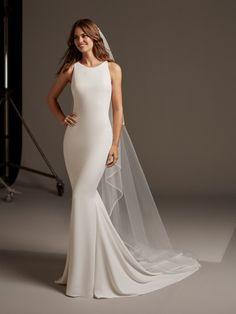 427edc49f Vestido de novia en crepe corte sirena y cuello alto