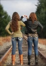 Best friend picture ideas! Be so cute at the beach for summer!