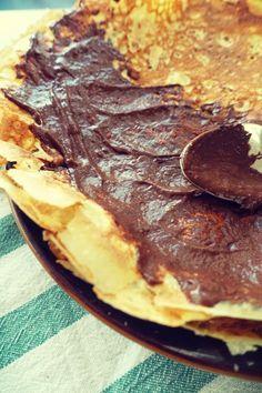 Naleśniki z mąki kokosowej z pysznym kremem czekoladowym zrobionym z awokado i banana. Bezglutenowe (paleo). .