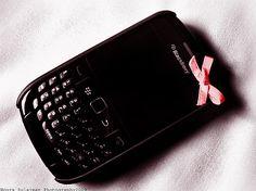 I've been wanting a Blackberry.screw the iPhone (sowee) Blackberry Phones, Grunge Jewelry, Retro Phone, Cool Electronics, Flip Phones, Old Phone, Favim, Nerd Geek, Gadgets