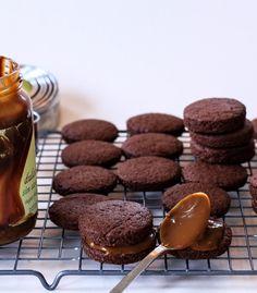 Alfajores integrales de chocolate con dulce de leche, hechos con harina integral y harina de avena. Ideales para la merienda o para una mesa dulce.