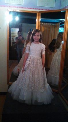 Ella tuvo el honor de utilizar para su primera comunión el vestido que lucio su abuelita, unas decadas atras.#specialty.mx