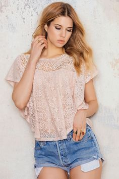 Decorative lace blouse in pink from Vero Moda with short butterfly sleeves and a rounded neckline. This blouse has crochets and lace details along the sleeves, in the front and at the back. Style with ripped jeans and sneakers!