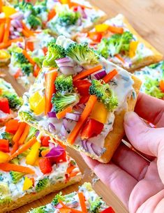 This Simple Crescent Roll Pizza Appetizer recipe is easy to make and always a hit at parties! You can even serve this veggie pizza recipe for dinner! Cold Veggie Pizza, Crescent Roll Veggie Pizza, Crescent Roll Appetizers, Pizza Appetizers, Appetizers For Party, Appetizer Recipes, Appetizer Dinner, Taco Dinner, Party Snacks