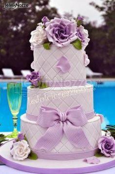 http://www.lemienozze.it/gallerie/torte-nuziali-foto/img29399.html Torta a tre piani con fiocco lilla.