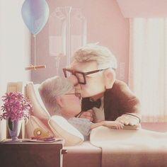 L'amore non smette mai di esistere.  Invecchiando insieme quel sentimento che ci lega resta sempre vivo e lo trasmettiamo alla persona che amiamo con piccoli gesti d'amore...come un bacio.  Sogna sempre  Photo: Regno Disney http://ift.tt/2jdPlE8