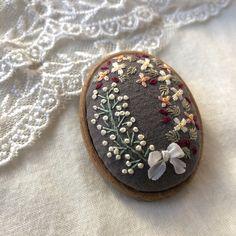 かすみ草と小花 刺繍ブローチ(木枠)☆