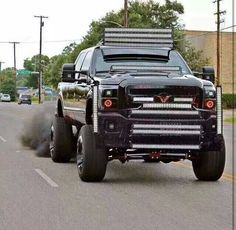 there is NO REASON for this ford truck 2 have 14 LED BARS on its body, only 1,2, or 3 led are enough but 14 LED BARS is just 2 much.
