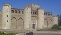 El Palacio de la Aljafería es un Castillo-Palacio árabe del siglo XI. Construido como residencia de recreo de los… http://www.rutasconhistoria.es/loc/palacio-de-la-aljaferia