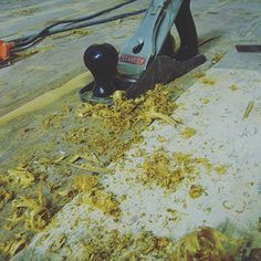 10 - Koska lankkulattia oli ponttaamaton ja tehty sekalattiana, olivat lankut useasta kohtaa epätasaisen kulumisen takia eri koroissa. Nämä pykällykset häivytettiin pienellä käsihöylällä ja terävällä taltalla. Koska tämä lattia maalattiin alkuperäiseen tapaan, karhennettiin lattian pinta käsihiomakoneilla. Jos käsittely olisi ollut suopakuuraus tai öljyäminen olisi lankut kannattanut jättää kovemmalle höyläpinnalle.