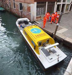 FOTOGRAFÍA CON TU #UNIDAD O EQUIPO DESDE ITALIA  Nuestro compañero @Andrea Amoriello, nos envió esta foto suya de la hidro-ambulancia #118 de #Venecia, #Italia.  Enviadnos vuestras imágenes, todas las que queráis: unidades, material, #equipo, etc., preferiblemente por mensaje a nuestra página. Como segunda opción, también disponéis de nuestro e-mail: correoambulanciasyemergencias@gmail.com Intentad aportarnos datos de cada foto, para que todos, desde nuestros distintos países, os conozcamos…