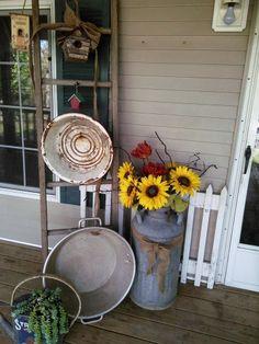 Old Ladder, Milk Jug and galvanized front door arrangement Country Decor, Rustic Decor, Farmhouse Decor, Modern Country, Farmhouse Style, Patio Gazebo, Back Patio, Backyard, Old Milk Cans