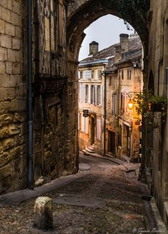 Early morning in Saint Emilion Places To Travel, Places To See, Medieval Village, Landscape Photography, Nature Photography, Saint Emilion, Belle Villa, Mont Saint Michel, Fantasy Landscape