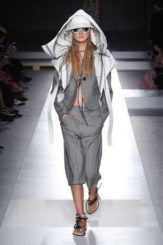 Sportmax Spring 2019 Ready-to-Wear Fashion Show Collection: See the complete Sportmax Spring 2019 Ready-to-Wear collection. Look 1 Silhouettes, Tactical Wear, Milano Fashion Week, Milan Fashion, Costume, Vogue Russia, Fashion Show Collection, Mode Inspiration, Fashion Inspiration
