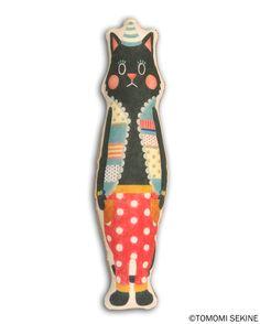 ネコのクロスドール。前面は色鉛筆で描いたオリジナルイラストのプリント布、後ろ面はコーデュロイ生地。引っ掛けヒモ付き。中に綿がつまっているのでプニプニです。置い...|ハンドメイド、手作り、手仕事品の通販・販売・購入ならCreema。
