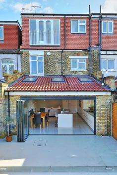 kitchen rear extension ealing with pitched roof: Houses by nuspace Here you will find photos of interior design ideas. Design Patio, Roof Design, House Design, Roof Gardens London, Roof Extension, Extension Ideas, Conservatory Extension, Extension Designs, Corning Glass
