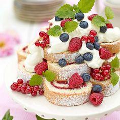 Sommartårta med rulltårteskivor, färska bär och grädde. *** I LOVE the way this cake roll is served!