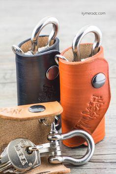Llaveros ROLL. 100% hechos a mano. Cuero grueso de alta calidad y grillete en acero inoxidable con tres mosquetones. Medida aprox.: 10 cm. Disponible en colores negro, natural y lava en www.metalyeah.com
