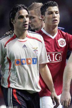 Em Old Traford, Nuno Gomes (Benfica) e Cristiano Ronaldo (Man United)