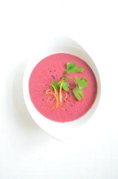 """Ob man nach der ayurvedischen Lehre Vata, Pitta oder Kapha lebt, diese rote Rübensuppe stärkt alle Doshas, sprich Lebensenergien. Am besten macht man dazu einen Lotussitz & sagt sich """"oooohm"""". #roterübe #rotebeete #suppe #ayurveda #prokopp Pitta, Vegan, Orange, Ayurveda, Soups And Stews, Stew, Coconut Milk, Organic Beauty, Pies"""